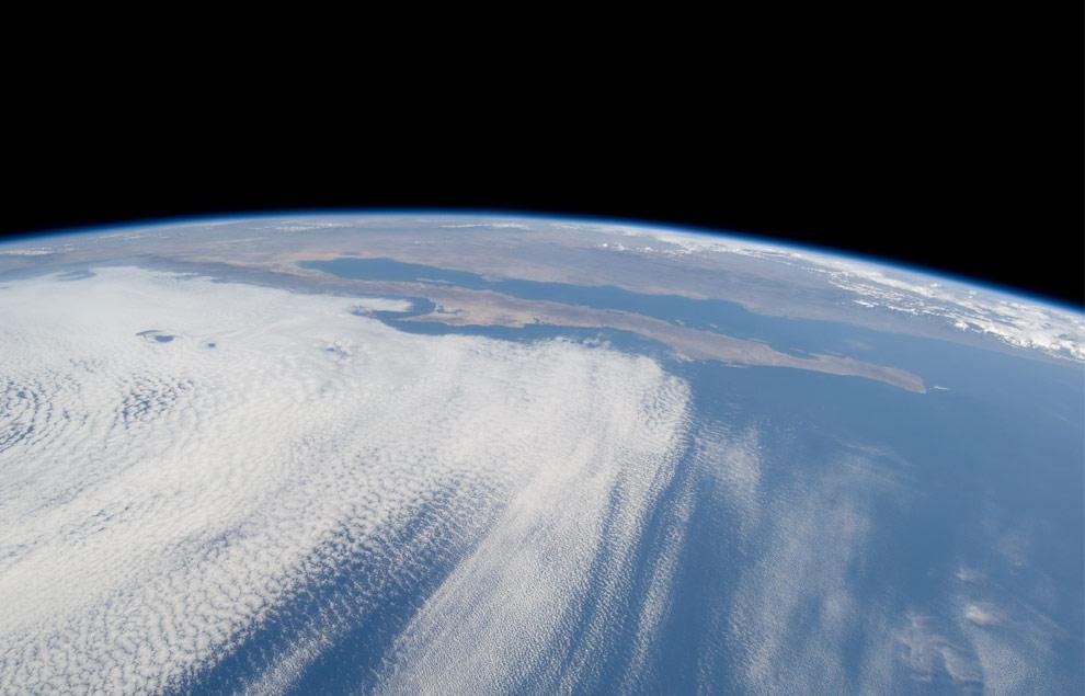 Один из членов экипажа STS-125 космического корабля Атлантис сделал это фото густого слоя облаков над Тихим океаном у побережья Баха Калифорния, Мексика. (NASA)