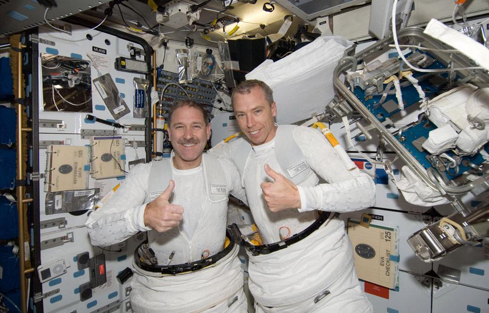 Астронавты Джон Грунсфелд (слева) и Эндрю Фойстел, специалисты миссии STS-125 на борту космического шаттла Атлантис перед третьим выходом в открытый космос 16 мая 2009 год. (Photo NASA via Getty Images)