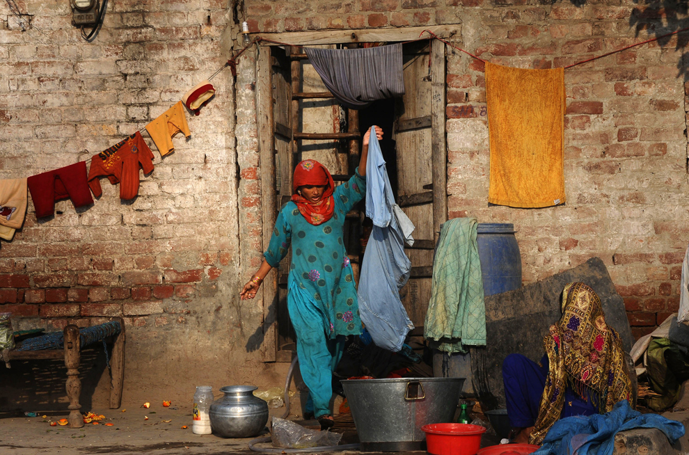 One billion slum dwellers photos the big picture for Home wallpaper karachi