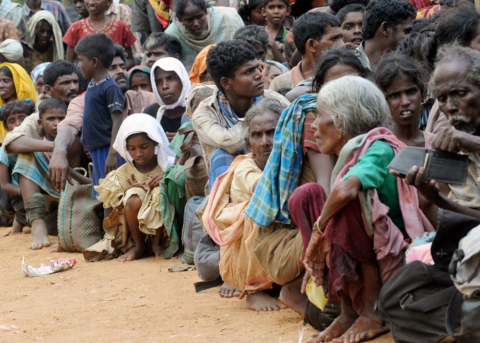 Гражданские лица прибыли в Путуматталан в Puthukudiyiruppu, на севере Шри-Ланки 22 апреля 2009 после того, как бежали из региона, который все еще находится под контролем организации Тигры освобождения Тамил Илама (ТОТИ). (REUTERS/Stringer)