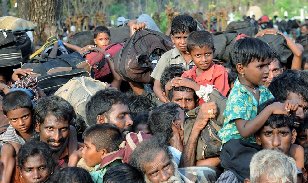 Гражданские прибывают в город Путуматталан в Puthukkudiyirippu, на севере Шри-Ланки 22 апреля 2009. (REUTERS/Stringer)
