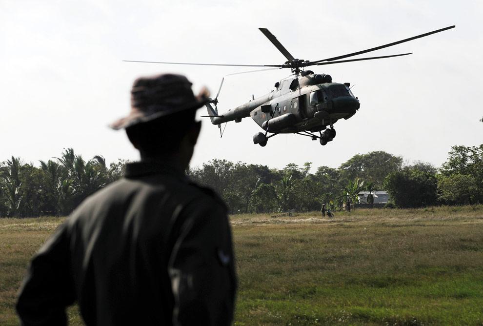 Шриланкийский солдат смотрит, как приземляется вертолет с журналистами. Северная часть города Килиночи, 24 апреля 2009. (PEDRO UGARTE/AFP/Getty Images)