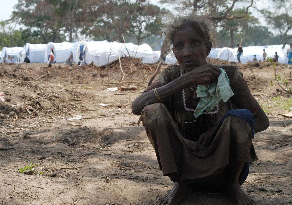 Женщина сидит на корточках перед рядами палаток, в лагере беженцев, расположенный недалеко от города Маник. Этот лагерь 27 апреля 2009 года посетил заместитель Генерального секретаря ООН по гуманитарным вопроса Джон Холмс (REUTERS/United Nations)