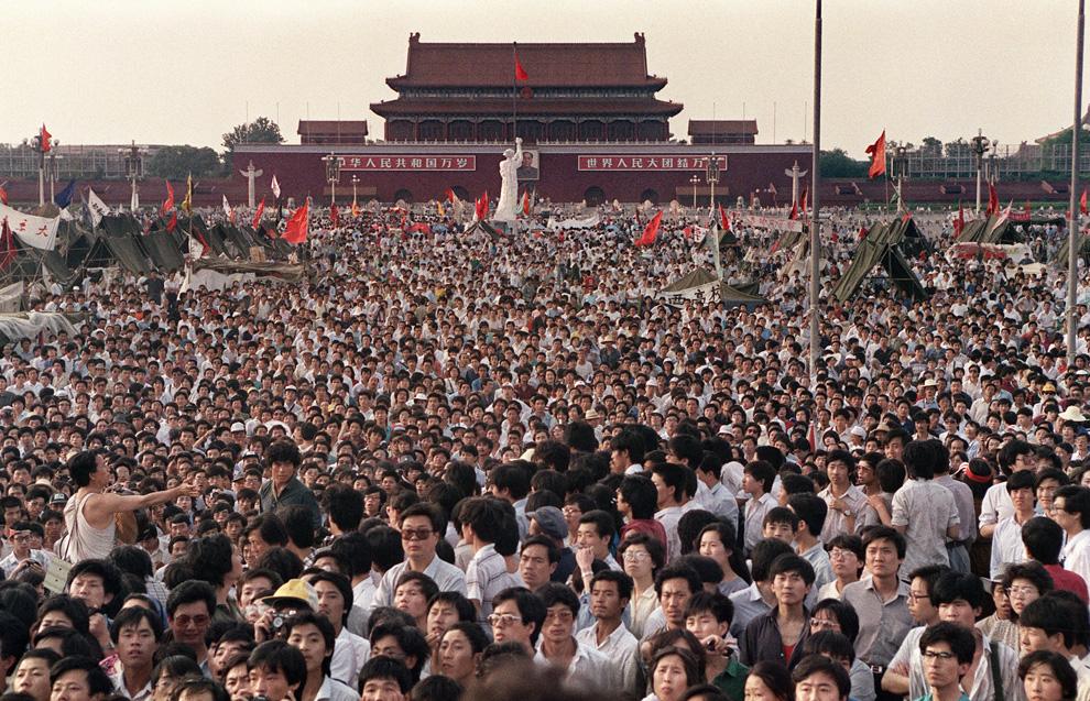 На этом архивном фото, сделанном двадцать лет назад, 2 июня 1989, видна часть тех сотен тысяч китайцев, которые собрались вокруг 10-метровой копии статуи Свободы (в центре фото), названную Богиней демократии, на площади Тяньаньмэнь требуя демократии, несмотря на объявленное военное положение в Пекине. Сотни, а возможно и тысячи, протестующих были убиты китайскими военными 3 и 4 июня 1989 после того, как коммунистические лидеры приказали прекратить длившиеся шесть недель беспрецедентные демонстрации протеста в центре китайской столицы. (CATHERINE HENRIETTE/AFP/Getty Images)