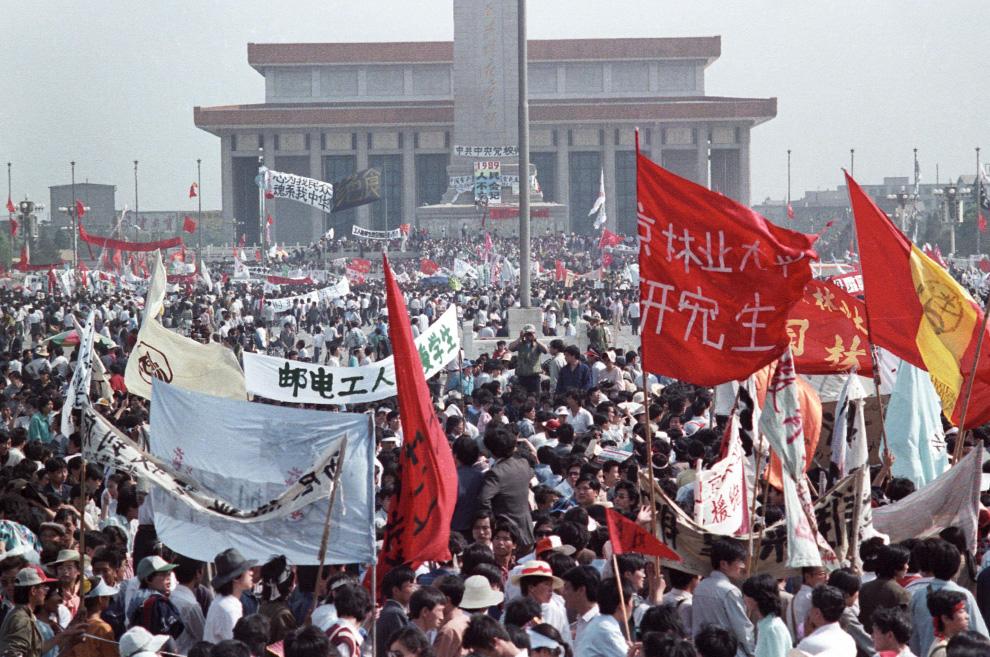Сотни тысяч людей заполнили центральную площадь Пекина Тяньаньмэнь напротив памятника Народным героям и мавзолея Мао во время самых обширных потрясений в Китае со времен культурной революции в 1960-х. Фото сделано 17 мая 1989. (REUTERS/Ed Nachtrieb)