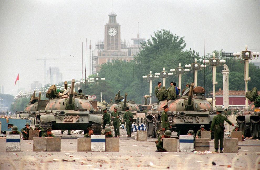Танки и солдаты Народно-Освободительной Армии (НОА) охраняют стратегическое авеню Чанган (Changan) ведущее к площади Тяньаньмэнь. Фото сделано 6 июня 1989, через два дня после разгона студенческой демонстрации. (MANUEL CENETA/AFP/Getty Images)