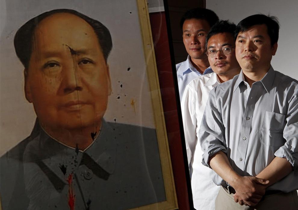 Три китайских диссидента, слева направо, Ю Чжицзянь, Ю. Dongyue и Лу Деченг стоят рядом с фотографией испачканного портрета председателя Мао, который они забросали яицами наполненными краской во время демонстрации протеста на площади Тяньаньмэнь в 1989 году. Фото сделано в Вашингтоне 2 июня 2009. Эти трое провели большую часть последних 20 лет за решеткой за повреждение массивного портрета на площади Тяньаньмэнь, и сегодня говорят о том, что студенты, стоявшие во главе движения, не смогли продолжить борьбу. (REUTERS/ Jim Young)