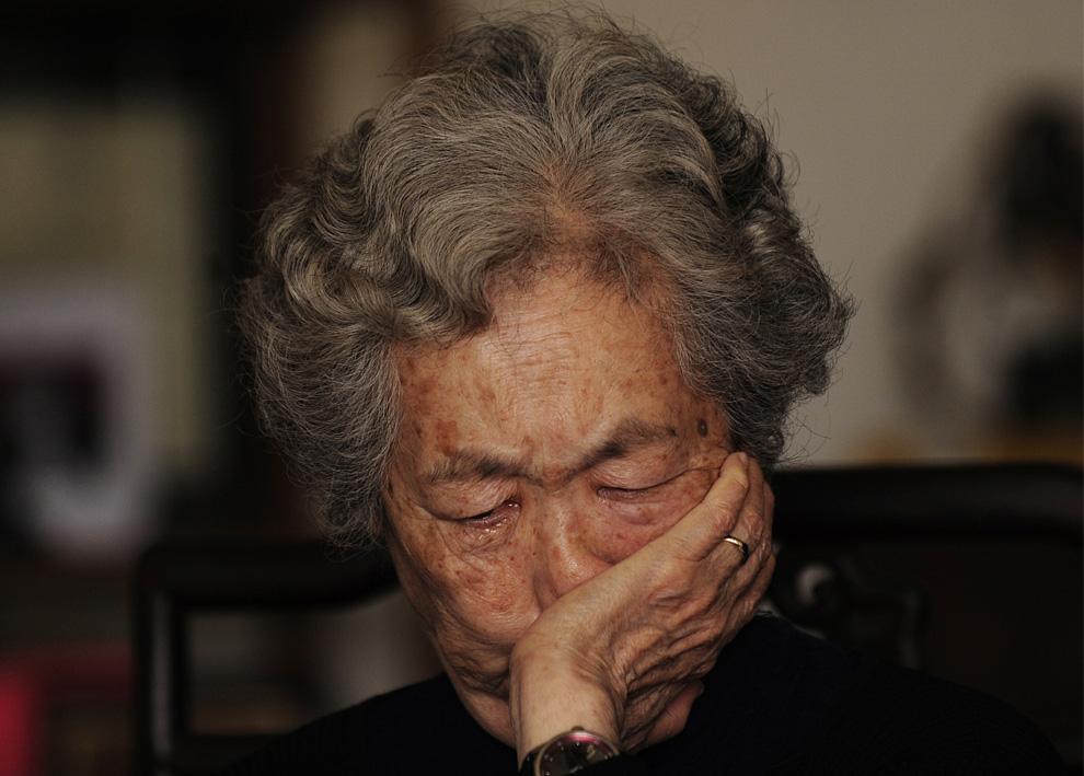 Динг Цзылинь, мать 17-летнего демонстранта Цзян Цзеляня, убитого во время разгона демонстрации на площади Тяньаньмэнь, плачет, рассказывая о тех событиях в своей пекинской квартире во время интервью 7 апреля 2009. Двадцать лет спустя боль матери по-прежнему сильна, как и в тот день, когда ее сын был убит выстрелом в сердце военными разгоняющими демонстрантов на площади Тяньаньмэнь. Она говорит, что смерть сына сломала ее. (PETER PARKS/AFP/Getty Images)