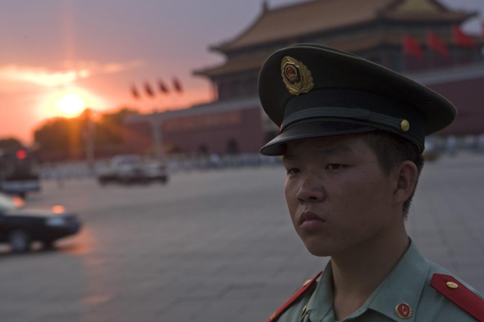 Сотрудник военизированной полиции стоит на посту на площади Тяньаньмэнь в четверг, 4 июня 2009. Китайские власти открыли площадь Тяньаньмэнь для публики утром 4 июня после того, как накануне ночью оградили ее металлическими заборами, с целью предотвратить отмечание 20-летней годовщины подавления демократической демонстрации вооруженными силами. (Nelson Ching/Bloomberg News)