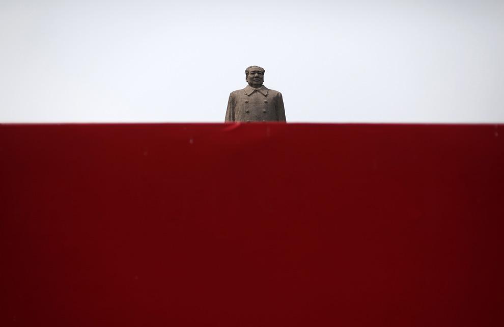 Гигантская статуя бывшего лидера Коммунистической партии Председателя Мао Цзэдуна видна из-за красной стены в кампусе университета Фудан в Шанхае 4 июня 2009. (REUTERS/ Nir Elias)