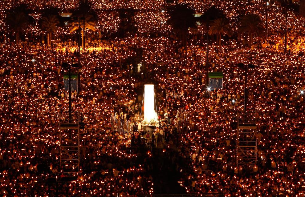 Десятки тысяч человек собрались на ночное бдение при свечах в парке Виктория в Гонконге, 4 июня 2009 года, чтобы отметить 20-летие со дня подавления студенческих демонстрация на площади Тяньаньмэнь в Пекине. (AP Photo/Vincent Yu)