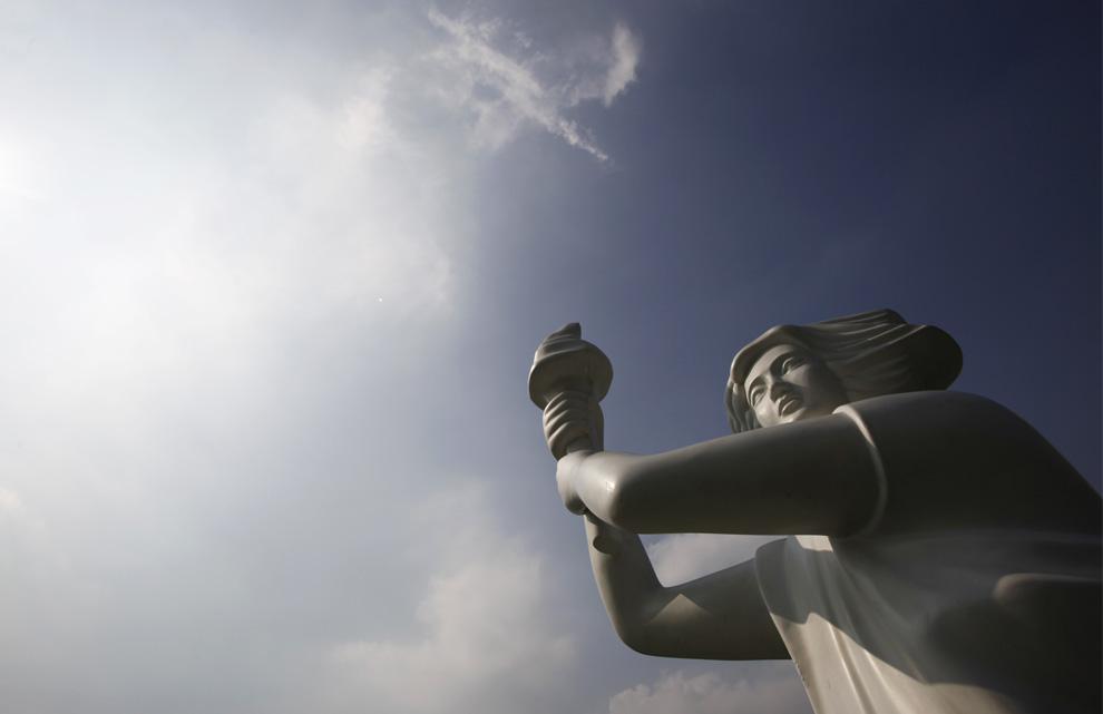Статуя богини Демократии в гонконгском парке Виктория 4 июня 2009. Фото сделано незадолго до запланированного ночного бдения посвященного 20-летию со дня подавления студенческих демонстрация на площади Тяньаньмэнь в Пекине. (AP Photo/Vincent Yu)
