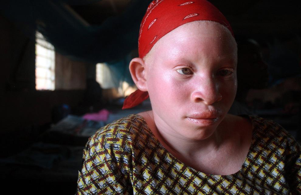 Танзанийская девочка-подросток сидит в женском общежитии