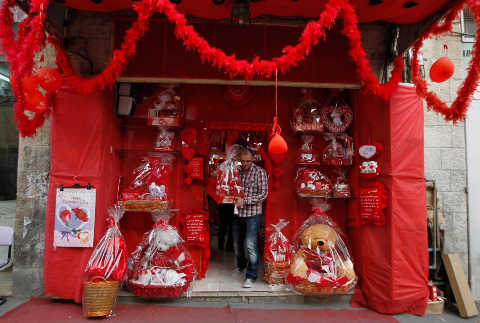 Seeing red valentine s day 2012 photos the big - Deco vitrine saint valentin ...