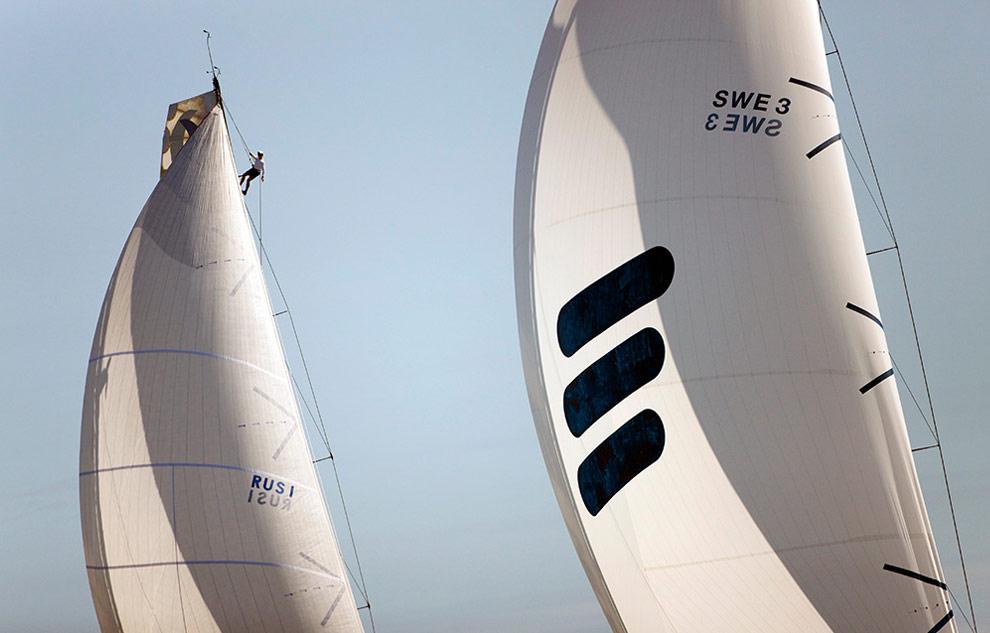 Российская команда нагоняет яхту Ericsson E3 во время гонки в порту Аликанте, Испания. (© Oskar Kihlborg)