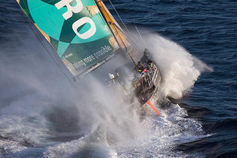 Яхта ABN AMRO ONE выходит из бухты Порт-Филлип. (© Oskar Kihlborg)