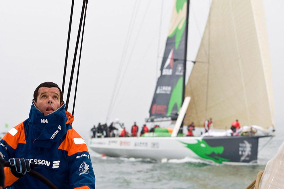 Шкипер Торбен Граэль (Torben Grael) (Бразилия) с яхты Ericsson 4. На фоне видно нагоняющее Ericsson 4 судно команды Dragon. (© Oskar Kihlborg)