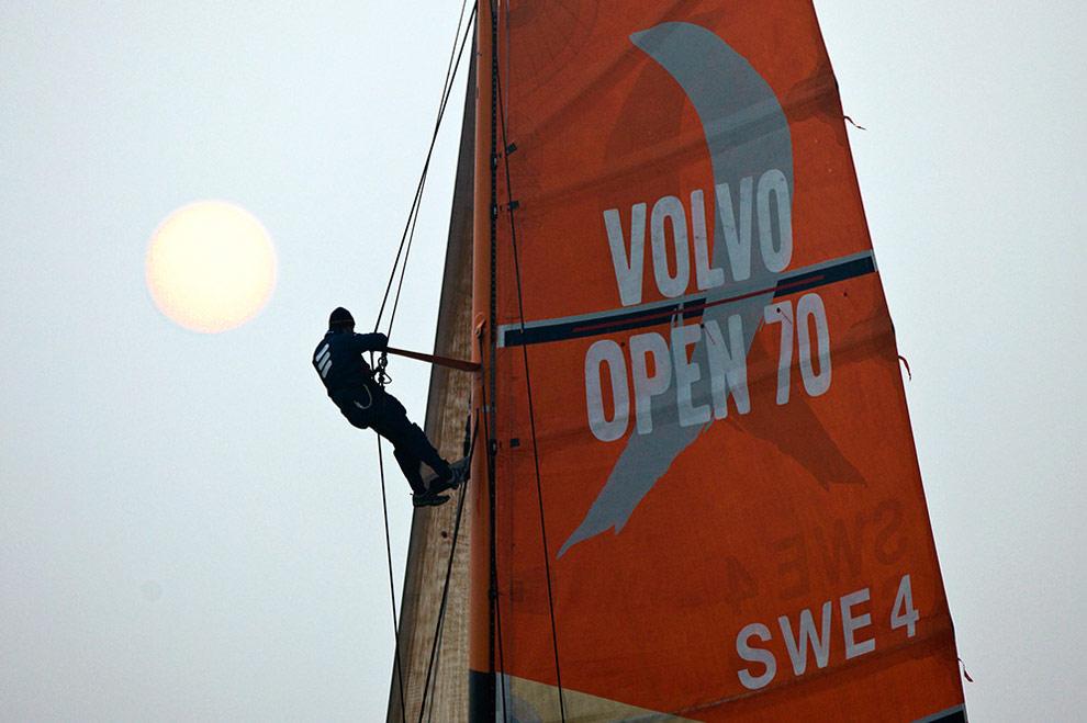 Баковый Фил Джеймсон (Phil Jameson) (Автралия) на высоте 25 метров проверяет мачту во время гонки в порту Циндао, Китай. (© Oskar Kihlborg)