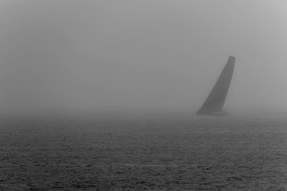 Пробный заплыв в туманных водах Циндао, перед началом одного из самых длинных этапов в истории кругосветки Volvo – продолжительностью 12 тысяч морских миль от Китая до Бразилии. (© Oskar Kihlborg)