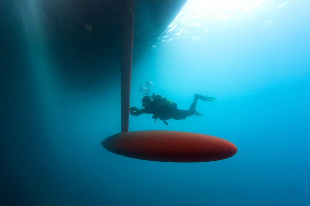 Джимми Хелберг (Jimmy Hellberg) проверяет киль перед началом пробного заплыва в Лансароте, Канарские острова. (© Oskar Kihlborg)