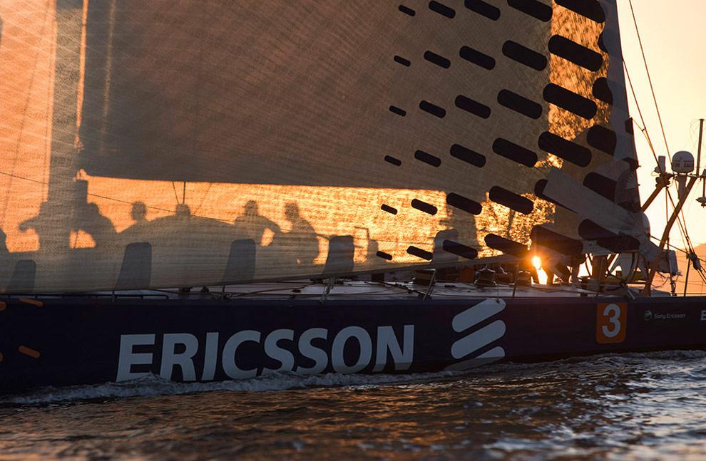 В первых лучах восходящего солнца усталая, но довольная команда яхты Ericsson 3 прибывает в Рио-де-Жанейро. (© Oskar Kihlborg)