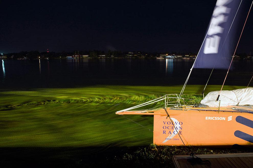 Яхта Ericsson 4 пришвартованная к доку в Кочине ночью накануне начала третьего этапа регаты от Кочина до Сингапуре. (© Oskar Kihlborg)