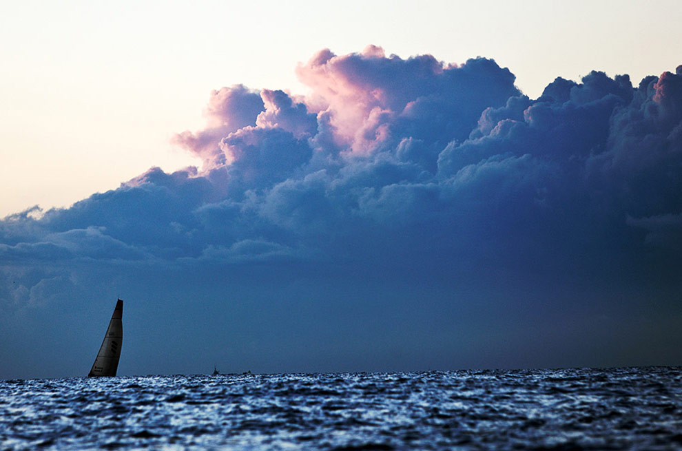 Темные тучи выстретили яхту Ericsson 3 в Рио-де-Жанейро, пришедшую первой после 44-дневного этапа регаты от Циндао до Рио-де-Жанейро. (© Oskar Kihlborg)
