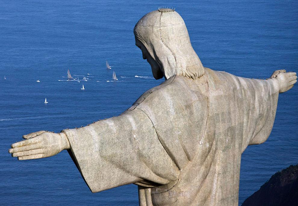 Статуя Христа Спасителя. На фоне видны яхты отправляющиеся в шестой этап регаты от Рио-де-Жанейро до Бостона. (© Oskar Kihlborg)