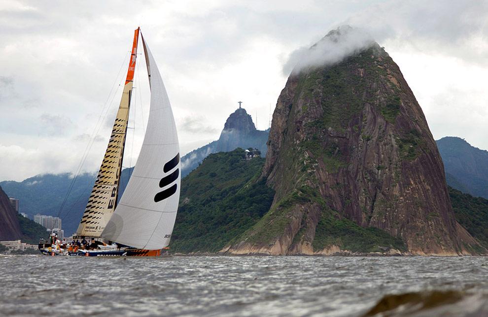 Команда Ericsson 3 тренируется в Рио-де-Жанейро. На фоне видны горы Сахарная Головка каравай и Corcovado. (© Oskar Kihlborg)