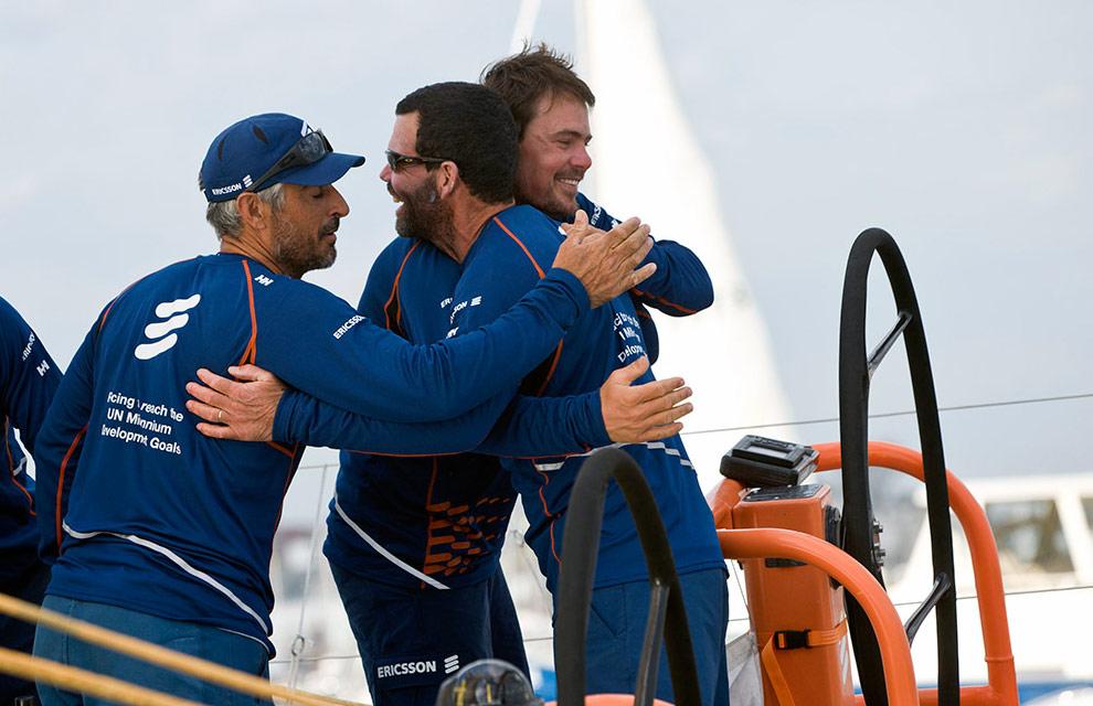 Команда Ericsson 4 прибыла первой в Бостон, выиграв шестой этап регаты Volvo Ocean Race. Слева направо: Орасио Карабелли (Horacio Carabelli), шкипер Торбена Граэль (Torben Grael) и Жоао Синьорини (Joao Signorini). (© Oskar Kihlborg)