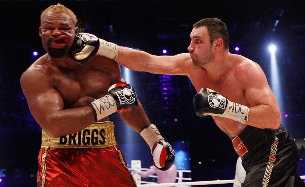 96. Чемпион по боксу по версии WBC Виталий Кличко (справа) ударяет Шеннона Бриггса из США во время боя по боксу среди...