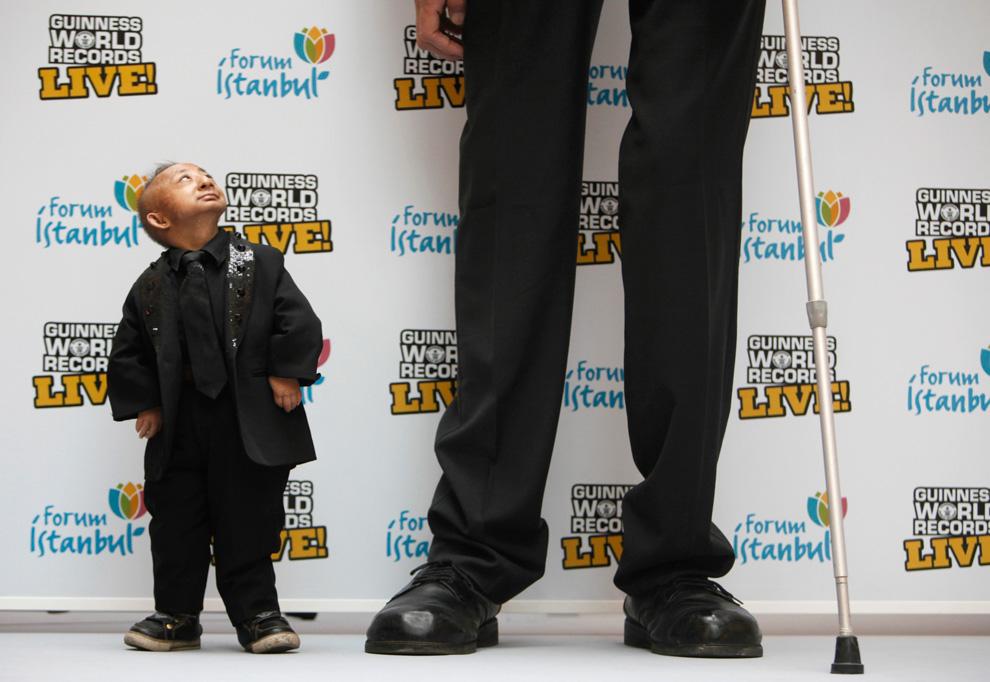 Рост самого высокого человека в мире составляет 8 футов 1 дюйм (246,5 см). (REUTERS/Osman Orsal) .