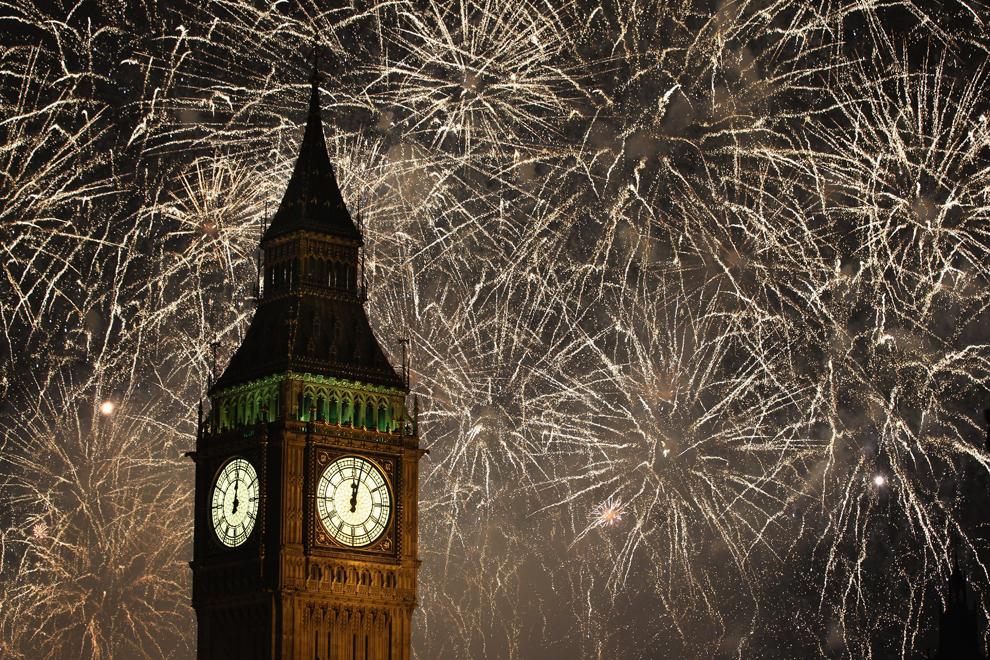 Тысячи человек встретили новый год на берегу Темзы в Лондоне.  Фото:Dan Kitwood / Getty Images.